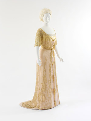 Austrian Evening Dress, 1910–12. Pink silk satin, yellow silk satin, pink silk net with gold bead, rhinestone, and silk thread embroidery and tasseled rope appliqué, white silk lace trim. Bescheibung und Foto: The Metropolitan Museum of Art, New York.