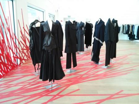 Installation mit historischen Yamamoto Modellen von Masao Nihei bei Andreas Murkudis, Berlin 2013, Foto: Tschilp